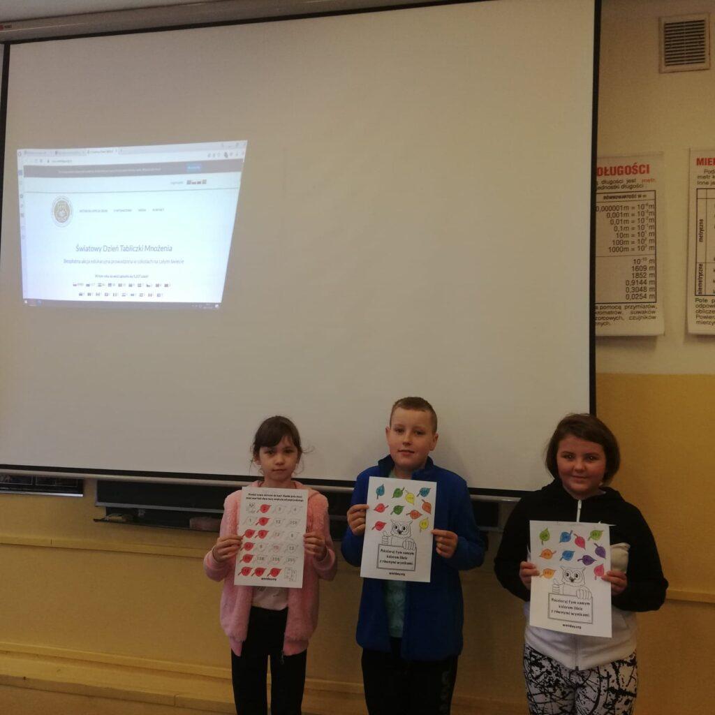 Trójka uczniów z klasy IV prezentuje swoje prace