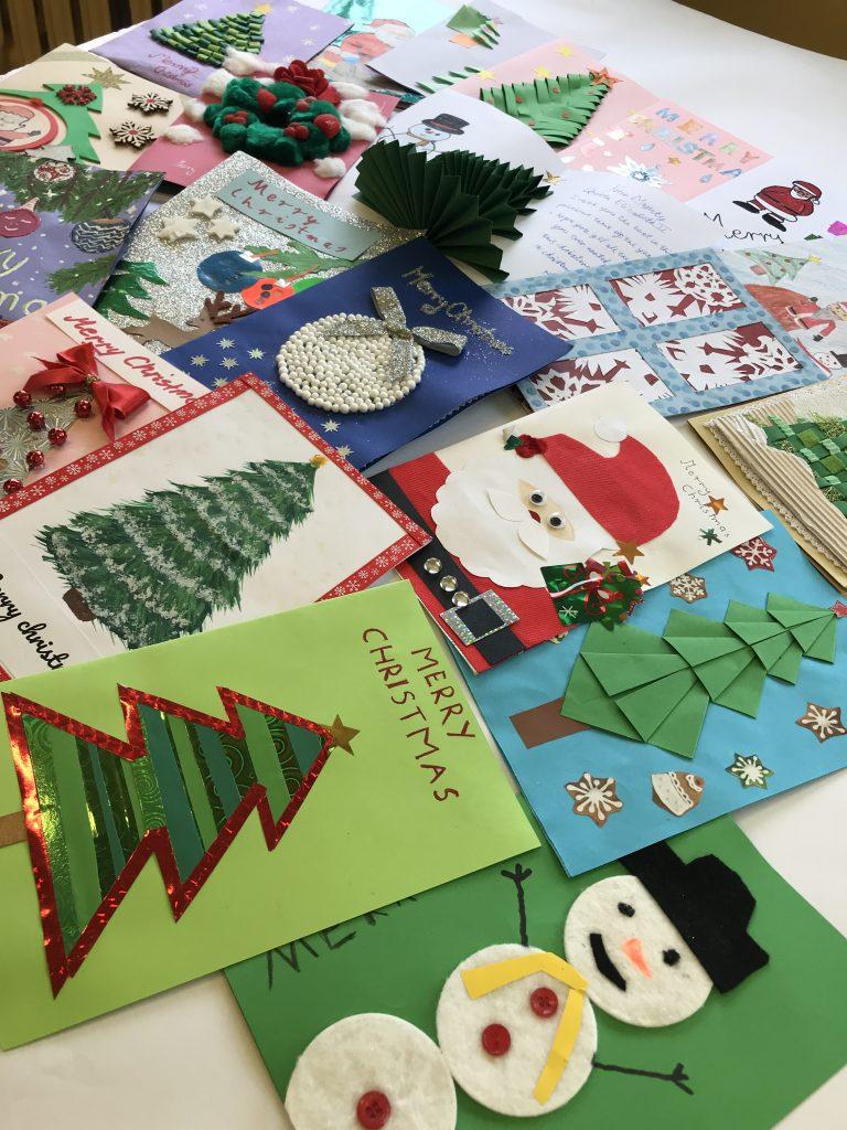 Kartki świąteczne przygotowane przez uczniów klas IV-VIII na konkurs z języka angielskiego