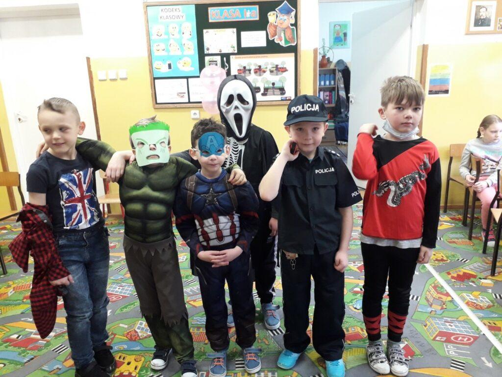 Pięciu chłopców z klasy I a pozuje w karnawałowych strojach.