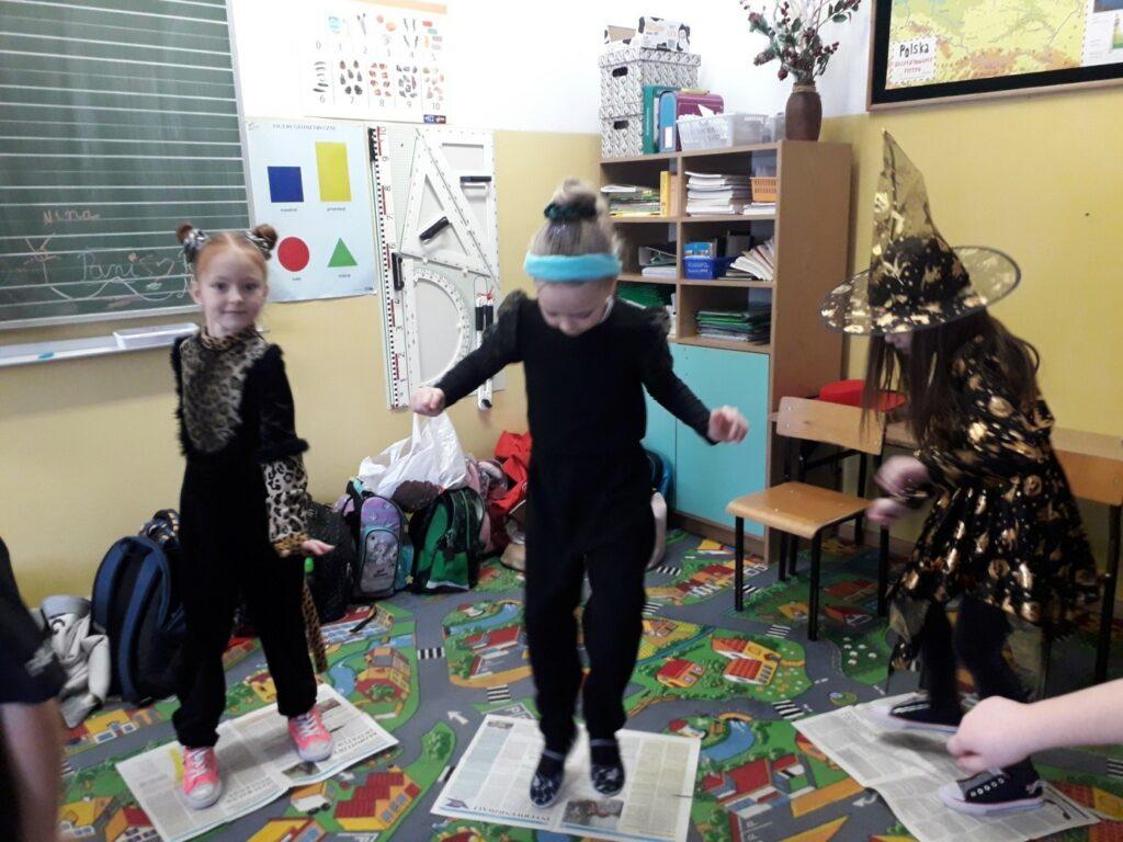 ,,Wróżki  i Tygrysek'' rywalizują w tańcu na gazecie.