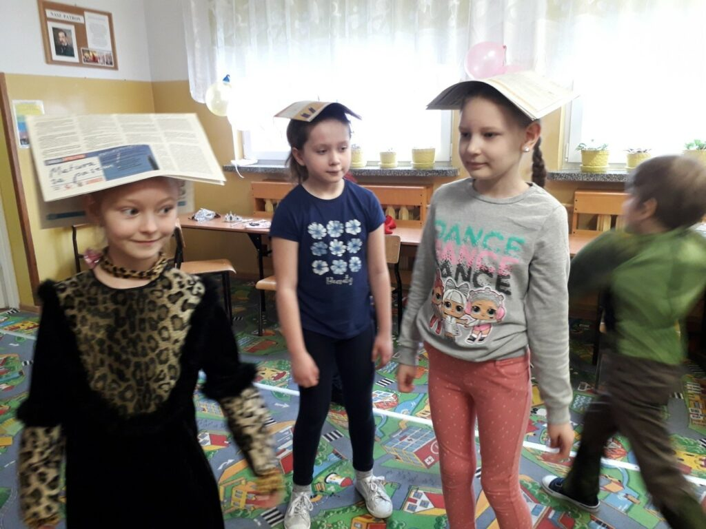 Uczennice klasy I a tańczą z gazetą na głowie
