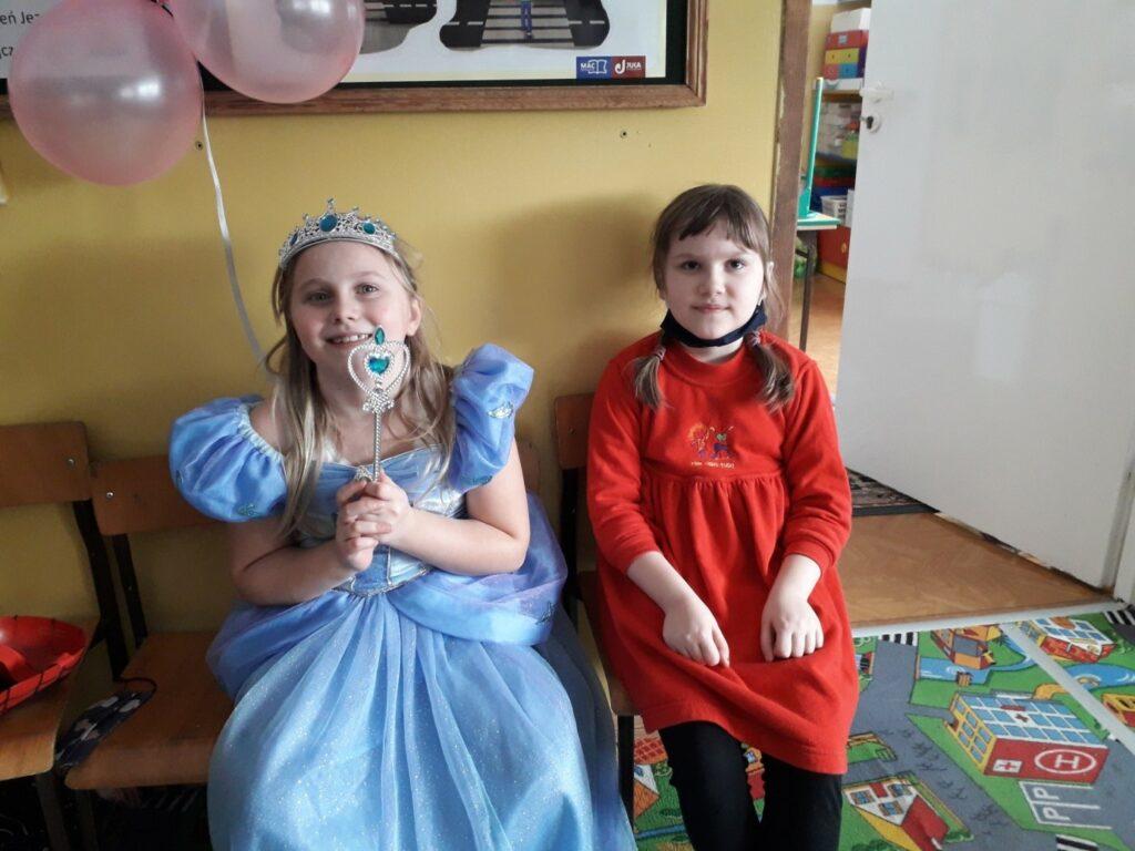 Księżniczka i Czerwony Kapturek odpoczywają po wyczerpującym tańcu