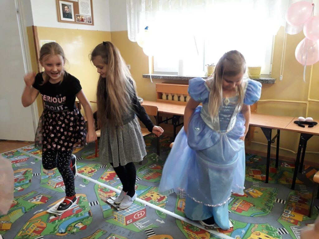 Trzy uczennice klasy I a biorą udział w konkursie tańca na złożonej gazecie